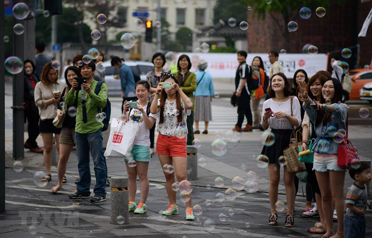 Khách du lịch tại Seoul, Hàn Quốc. (Ảnh: AFP/TTXVN)