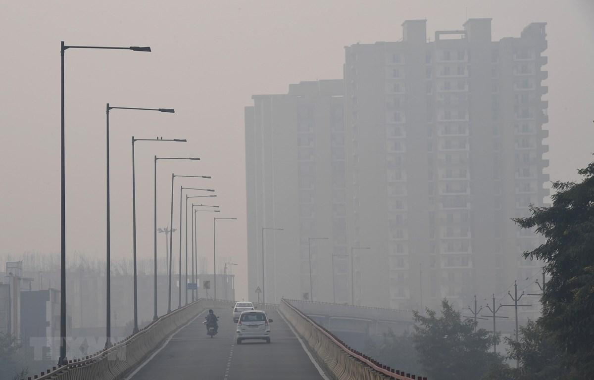 Khói mù ô nhiễm bao phủ dày đặc tại New Delhi, Ấn Độ. (Ảnh: AFP/TTXVN)
