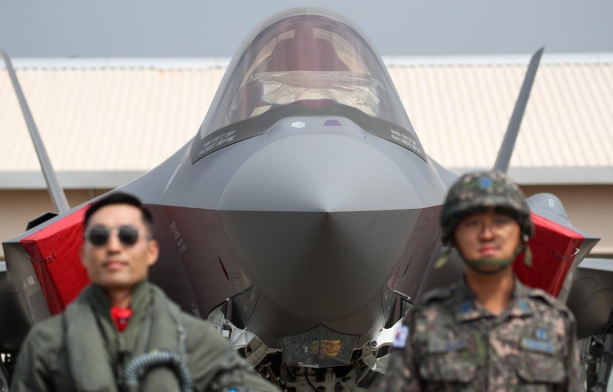 Các binh sỹ Hàn Quốc trước một máy bay chiến đấu tàng hình F-35A. (Ảnh: Bloomberg)