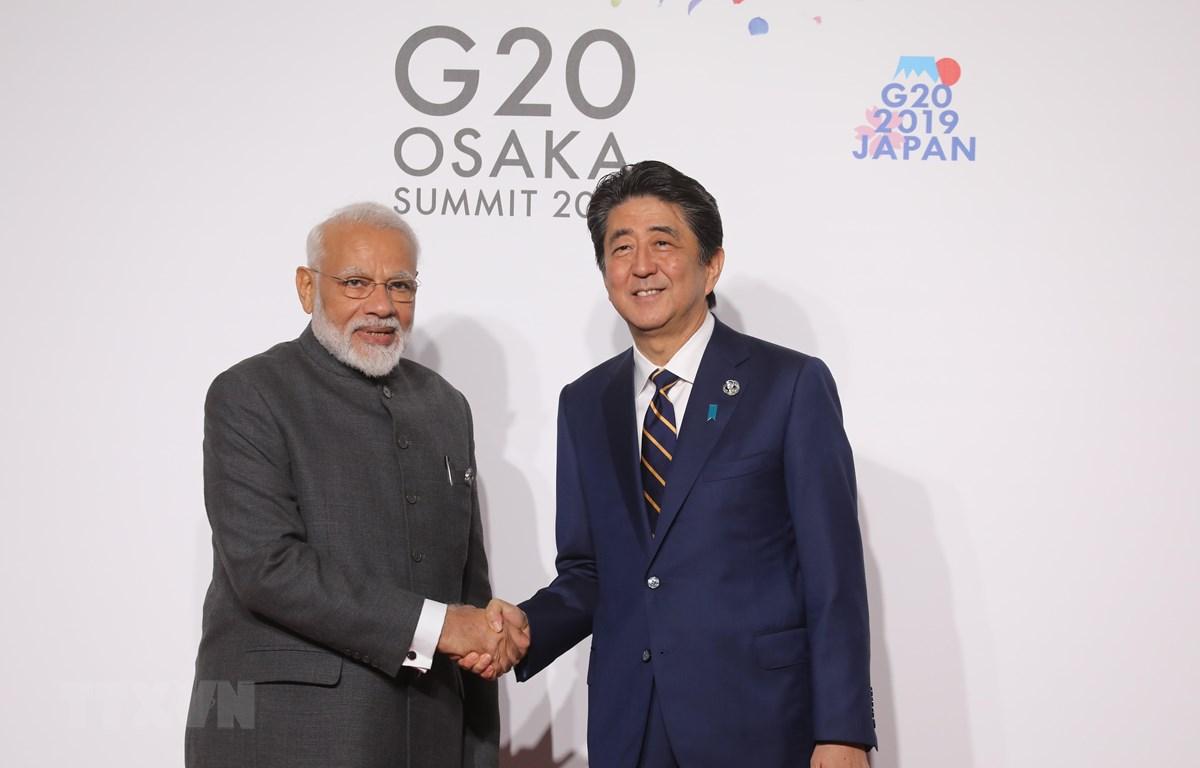 Thủ tướng Ấn Độ Narendra Modi (trái) và Thủ tướng Nhật Bản Shinzo Abe (phải) trong cuộc gặp tại Osaka, Nhật Bản, ngày 28/6/2019. (Ảnh: AFP/TTXVN)