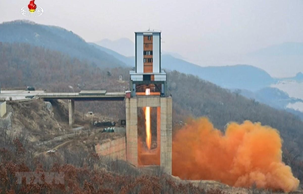 Một vụ thử động cơ tên lửa lực đẩy lớn của Triều Tiên tại bãi phóng vệ tinh Sohae ở tỉnh Bắc Pyongan tháng 3/2017. (Ảnh: YONHAP/TTXVN)