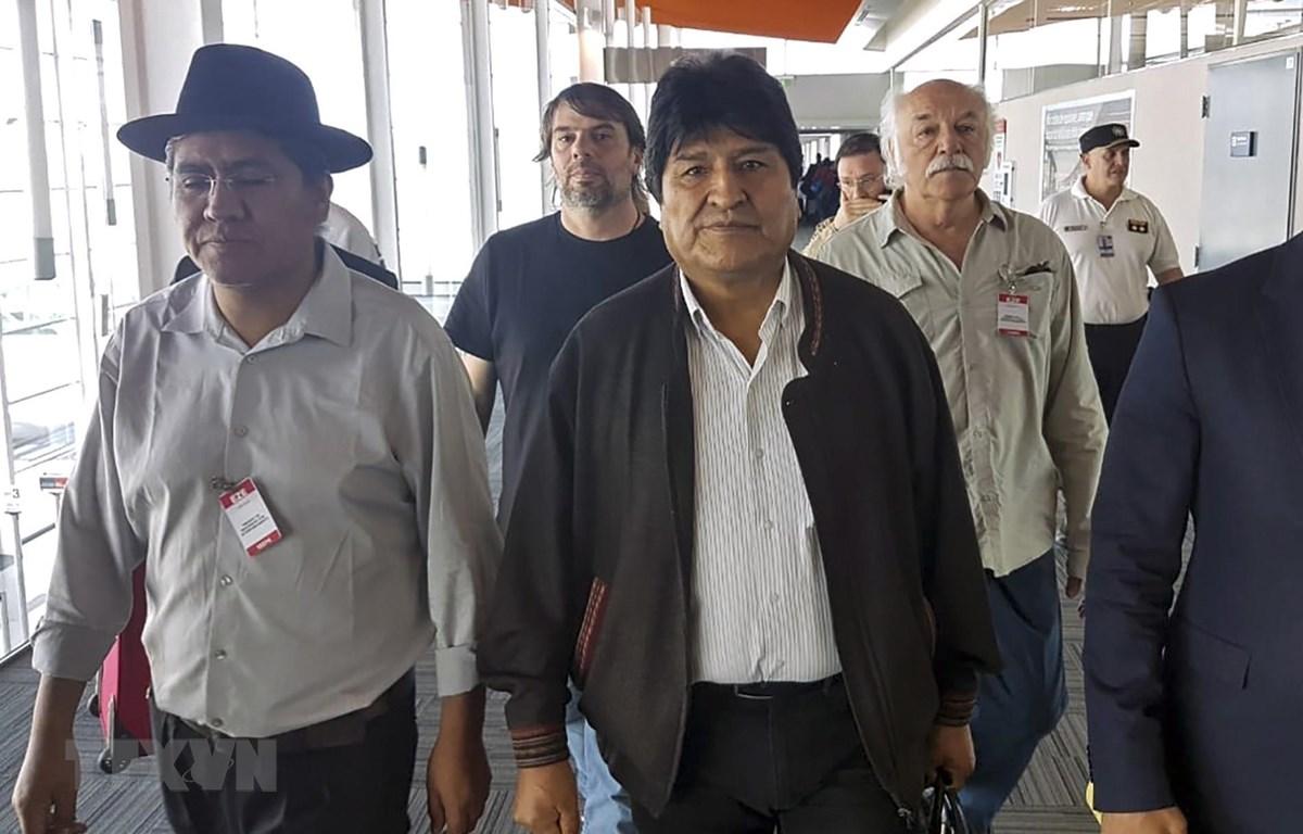 Cựu Tổng thống Bolivia Evo Morales (giữa, hàng đầu) đến sân bay Buenos Aires, Argentina ngày 12/12/2019. (Ảnh: AFP/TTXVN)