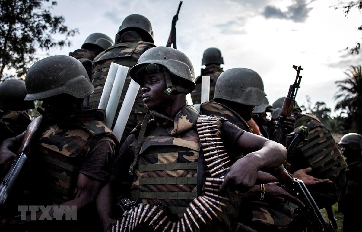 Binh sỹ quân đội CHDC Congo trong chiến dịch truy quét phiến quân Hồi giáo ở Oicha. (Ảnh:AFP/TTXVN)
