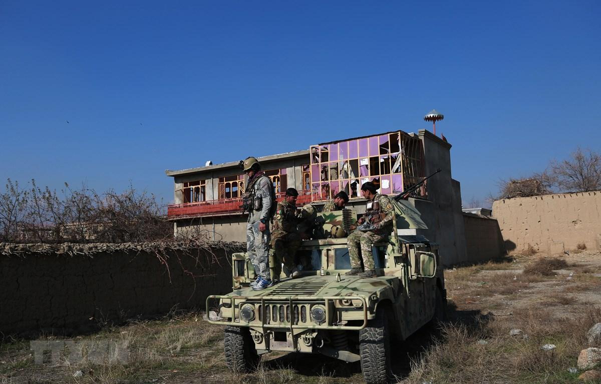 Lực lượng an ninh Afghanistan được triển khai tới hiện trường vụ đánh bom nhằm vào căn cứ quân sự Bagram của Mỹ ở tỉnh Parwan, miền Đông Afghanistan, ngày 11/12/2019. (Ảnh: THX/TTXVN)
