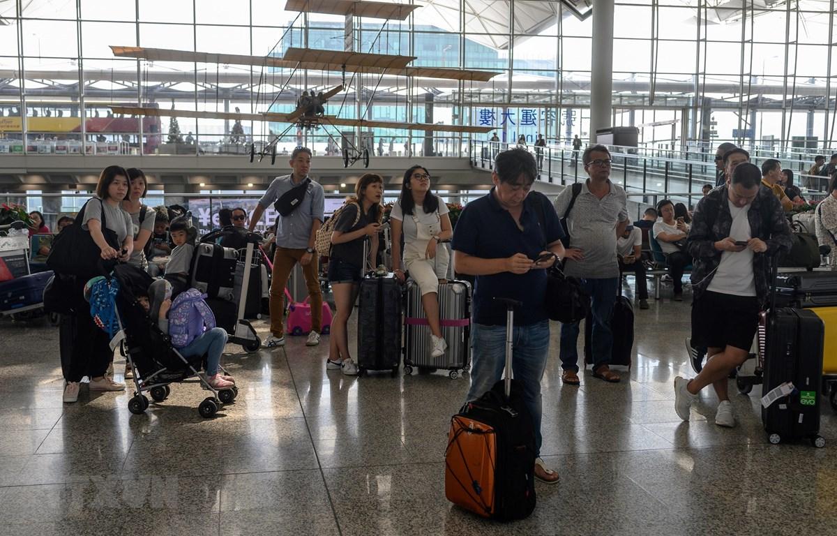 Hành khách mắc kẹt tại sân bay quốc tế Hong Kong, Trung Quốc ngày 13/8/2019, sau khi các chuyến bay bị hủy do người biểu tình tràn vào sân bay này. (Ảnh: AFP/TTXVN)