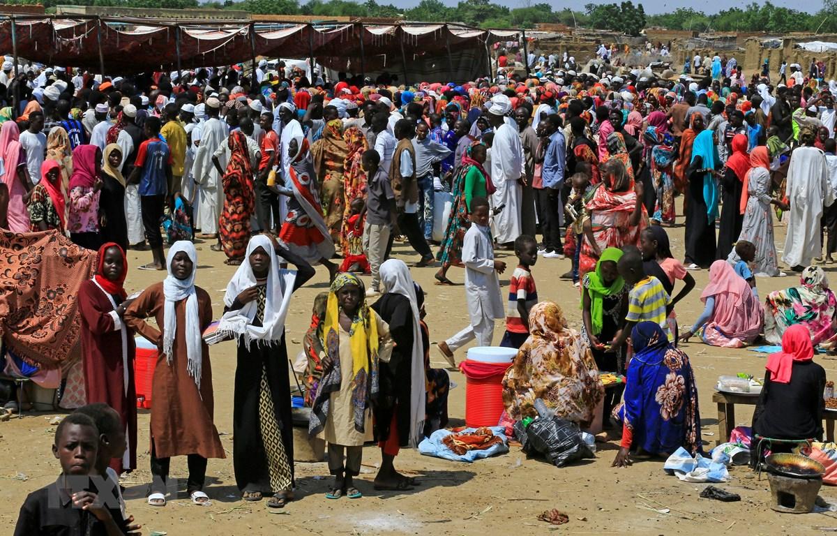 Người tị nạn xếp hàng nhận lương thực cứu trợ tại bang Darfur, Sudan ngày 9/10/2019. (Ảnh: AFP/TTXN)
