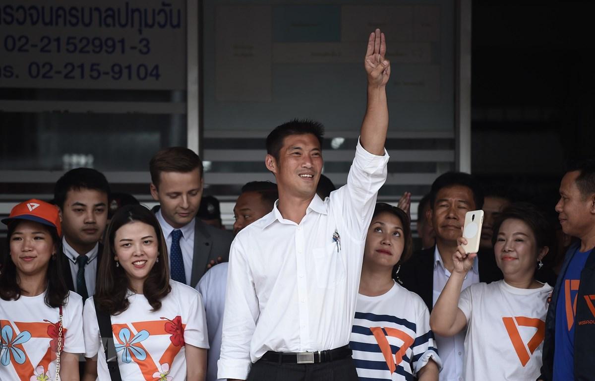 Chủ tịch đảng Tương lai mới (FFP) Thanathorn Juangroongruangkit (giữa) bên những người ủng hộ tại Bangkok ngày 6/4/2019. (Ảnh: AFP/TTXVN)