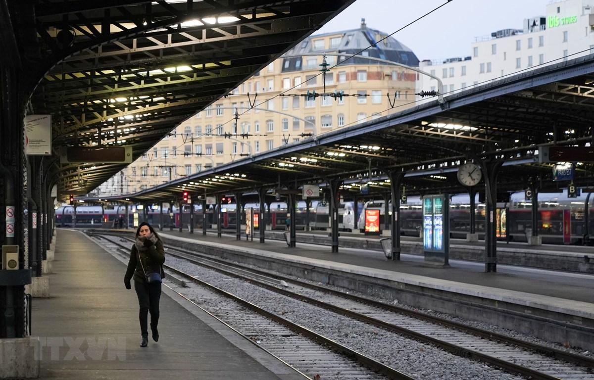Cảnh vắng vẻ tại một nhà ga ở Paris, Pháp trong bối cảnh các nghiệp đoàn đình công, ngày 13/12/2019. (Ảnh: AFP/TTXVN)