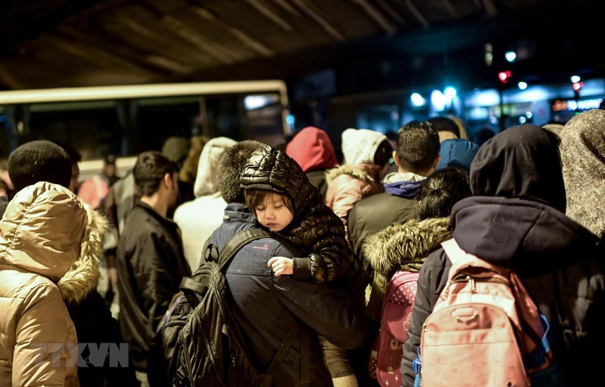 Người di cư được sơ tán khỏi một trại tị nạn ở Paris, Pháp ngày 7/11/2019. (Ảnh: AFP/TTXVN)