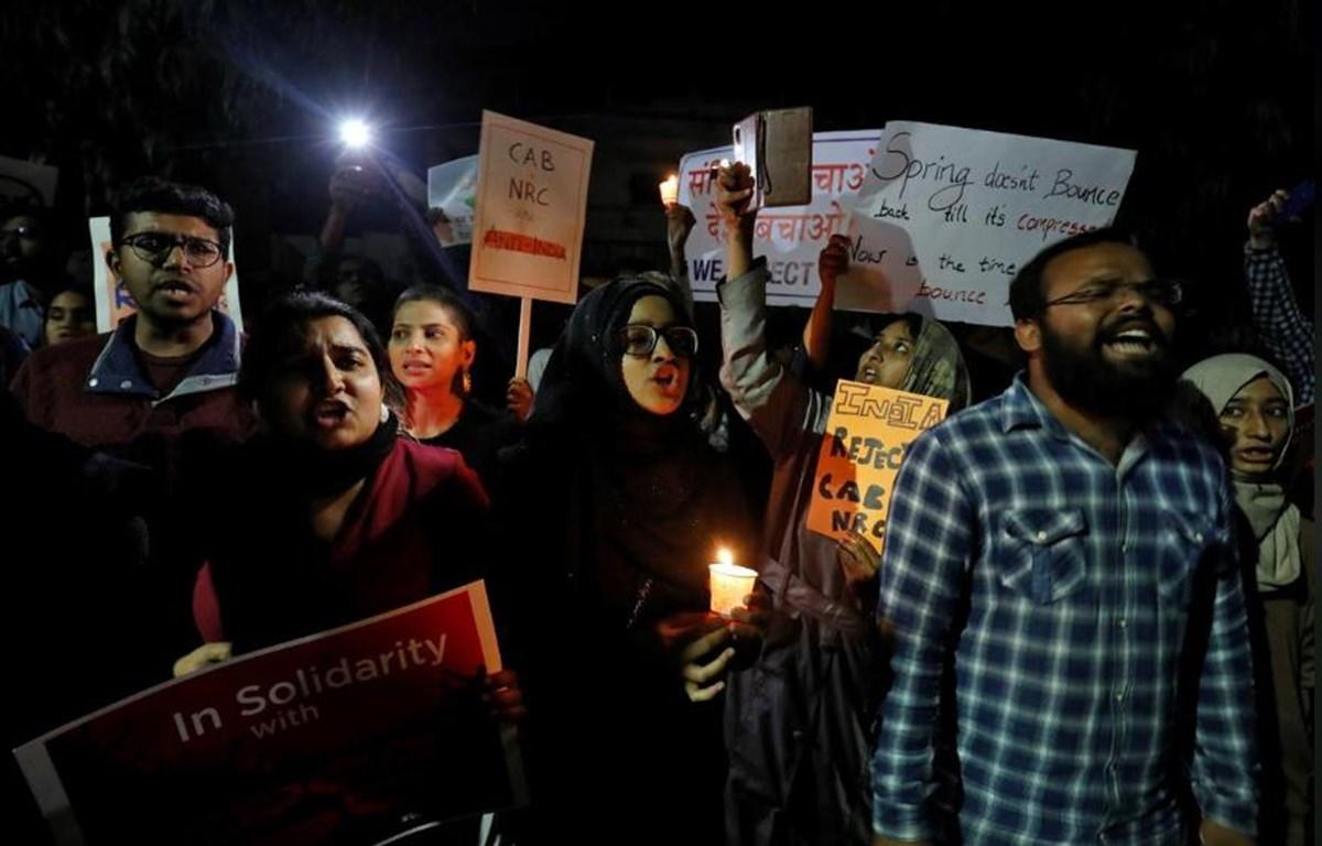 Người biểu tình chống lại Luật quốc tịch sửa đổi tại Ahmedabad ngày 17/12/2019. (Nguồn: Reuters)
