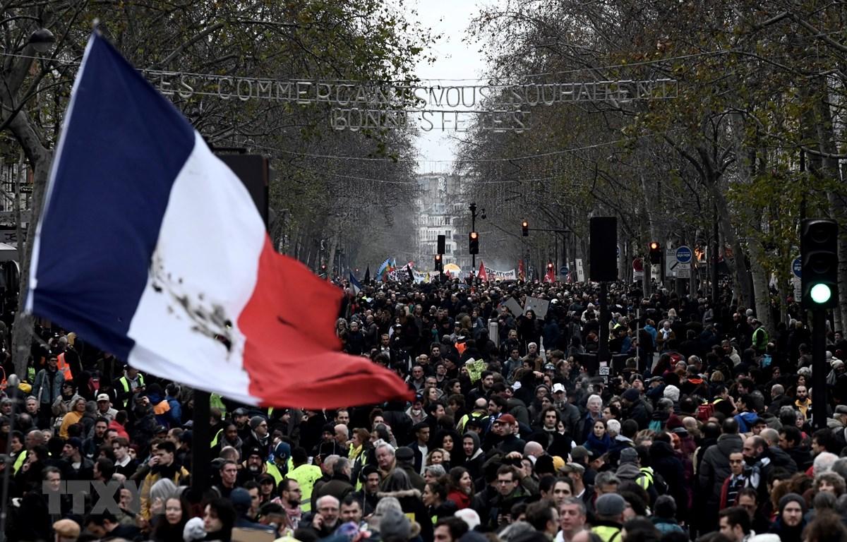 Người dân tham gia biểu tình phản đối kế hoạch cải cách chính sách hưu trí tại Paris, Pháp ngày 17/12/2019. (Ảnh: AFP/TTXVN)