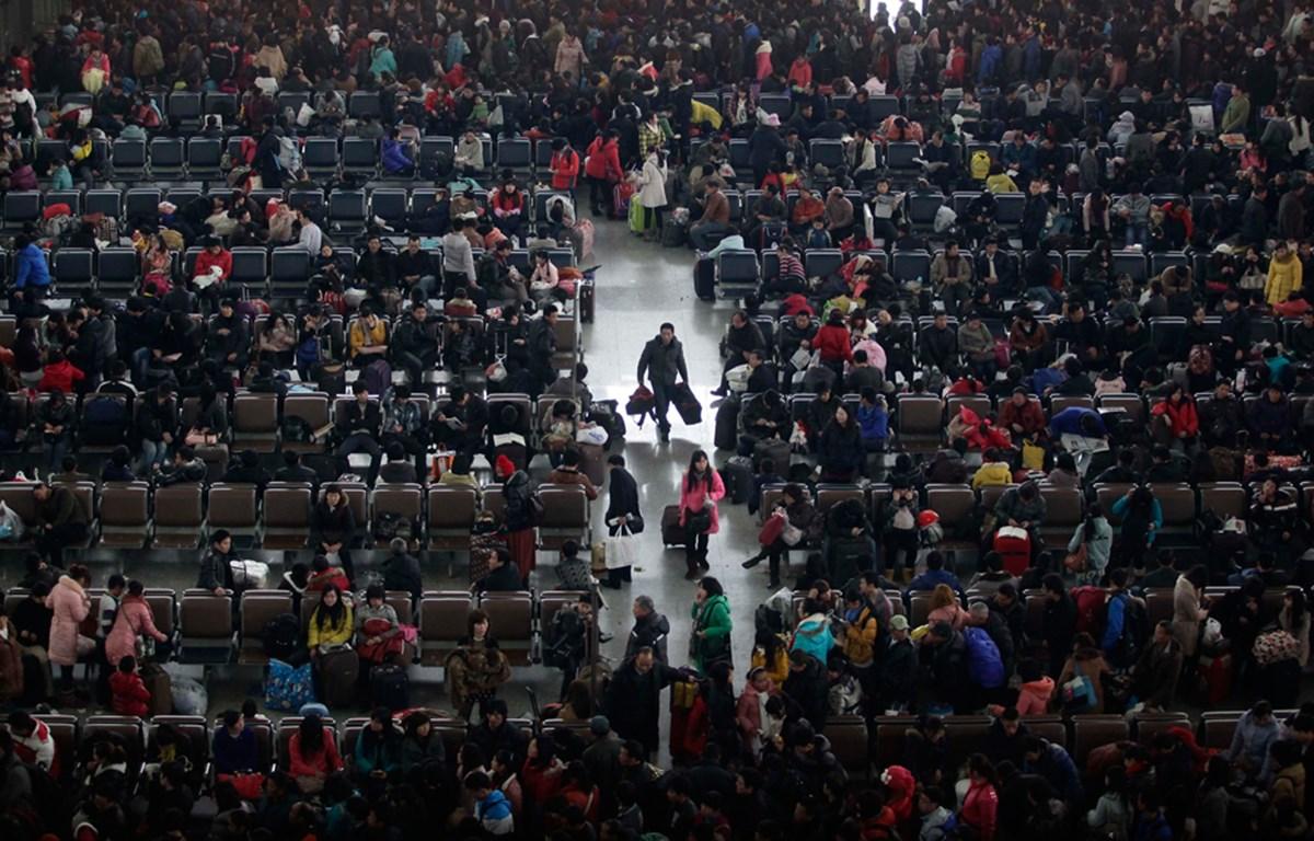 Người dân Trung Quốc chờ đợi tại nhà ga Wuchang ở Vũ Hán để về quê ăn Tết Nguyên đán. (Nguồn: Reuters)