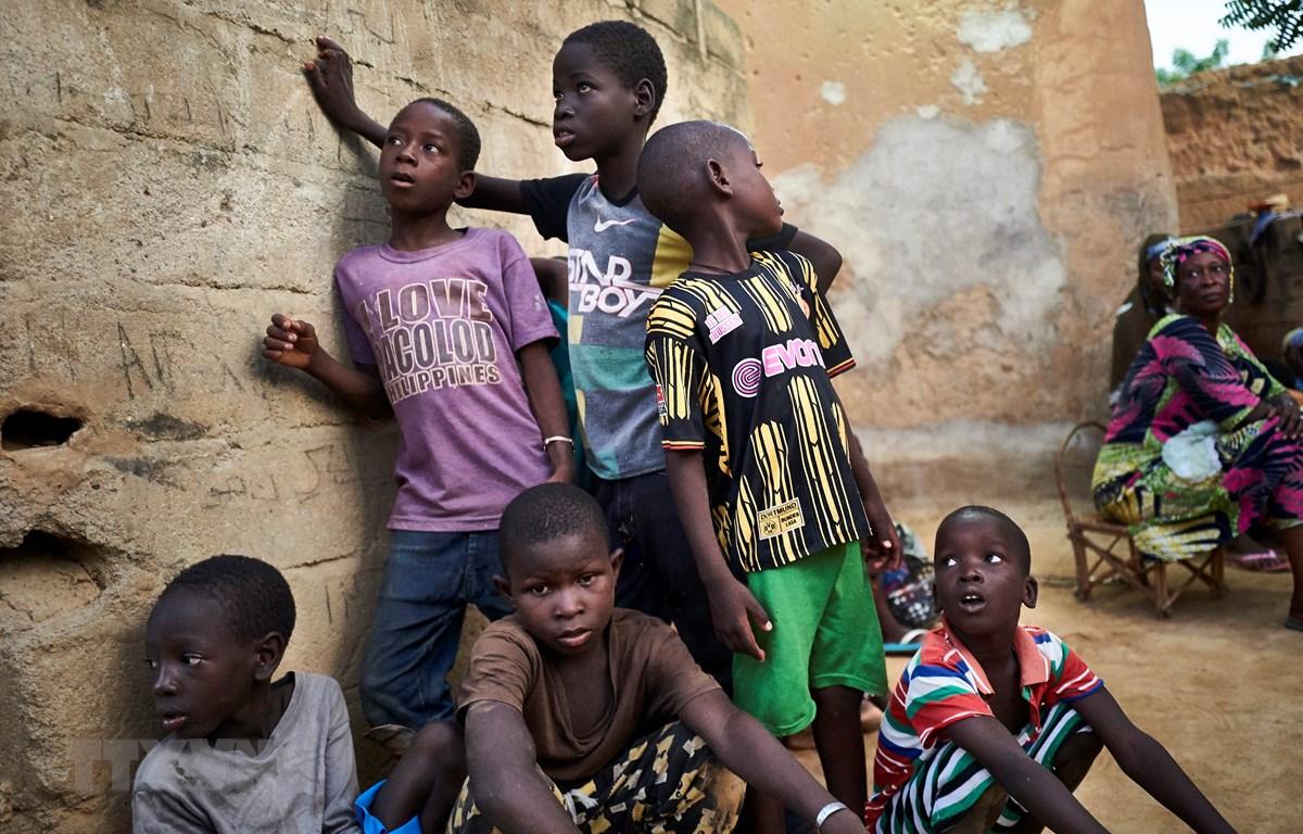 Trẻ em Mali rời bỏ nhà cửa đi lánh nạn do xung đột tại Segou. (Ảnh: AFP/TTXVN)