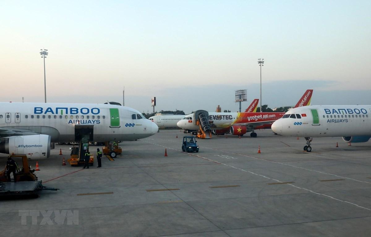 Máy bay của các hãng hàng không Việt Nam chuẩn bị đón khách tại sân bay Nội Bài. (Ảnh: Ngọc Hà/TTXVN)