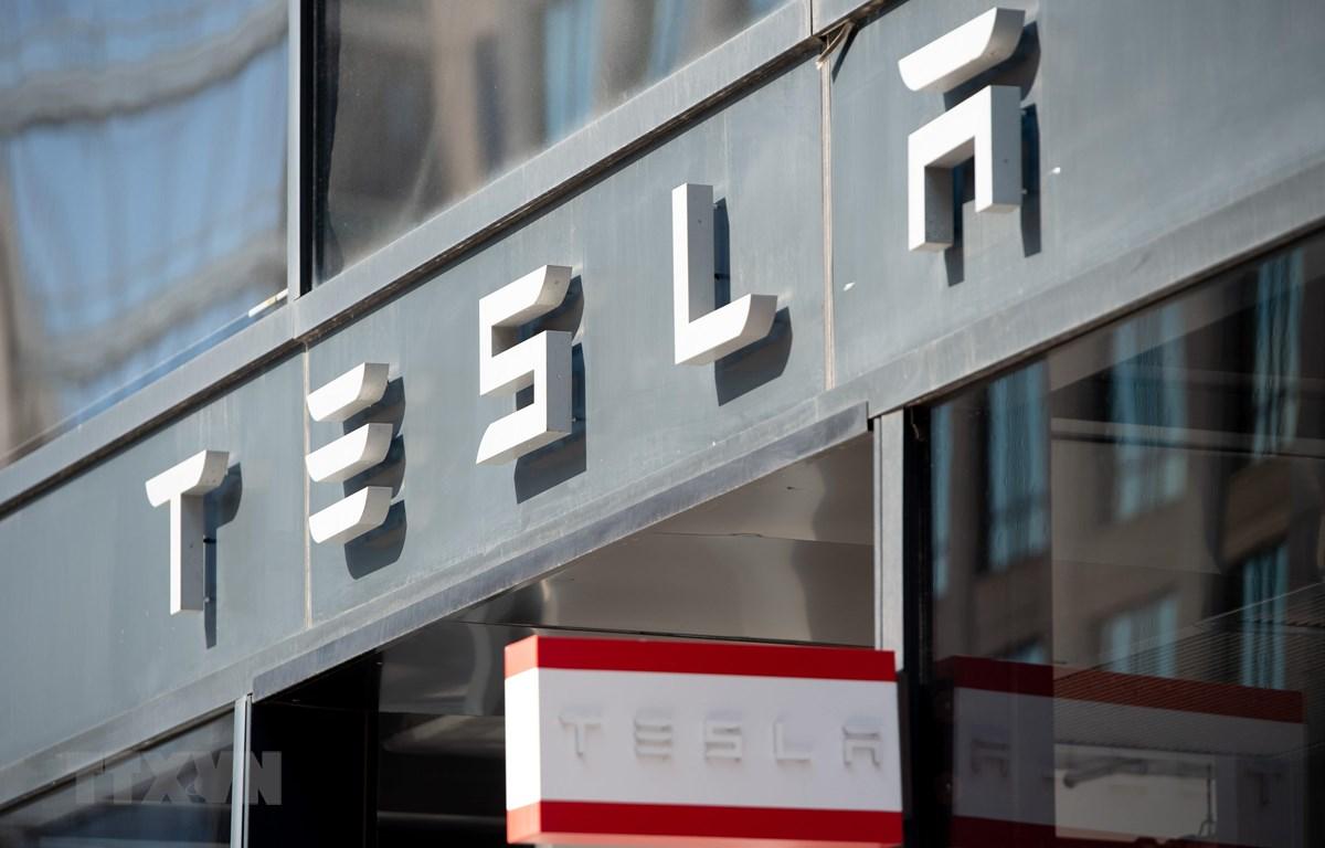 Biểu tượng Tesla tại cửa hàng ở Washington, DC, Mỹ. (Ảnh: AFP/TTXVN)