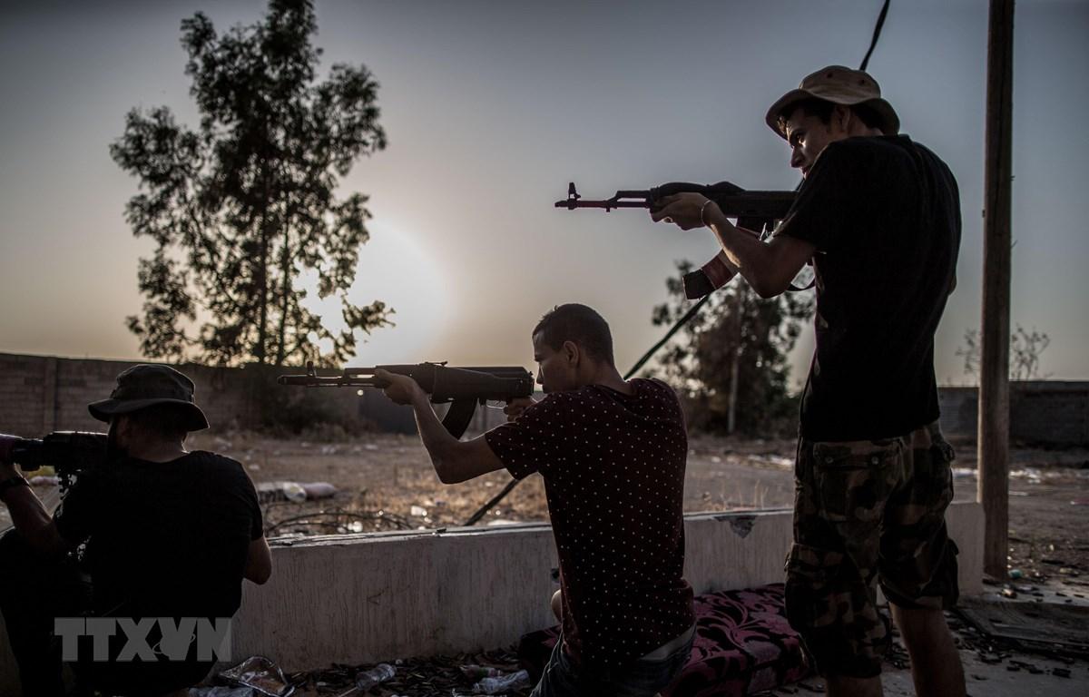 Các tay súng ủng hộ Chính phủ được LHQ bảo trợ xung đột với lực lượng nổi dậy Quân đội quốc gia Libya (LNA) tại Tripoli ngày 20/8/2019. (Ảnh: THX/TTXVN)