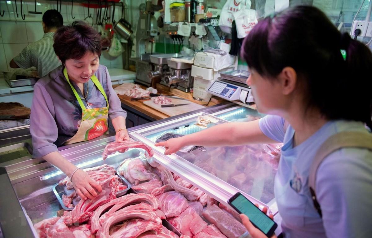 Một quầy bán thịt lợn tại chợ ở Bắc Kinh, Trung Quốc. (Ảnh: AFP/TTXVN)