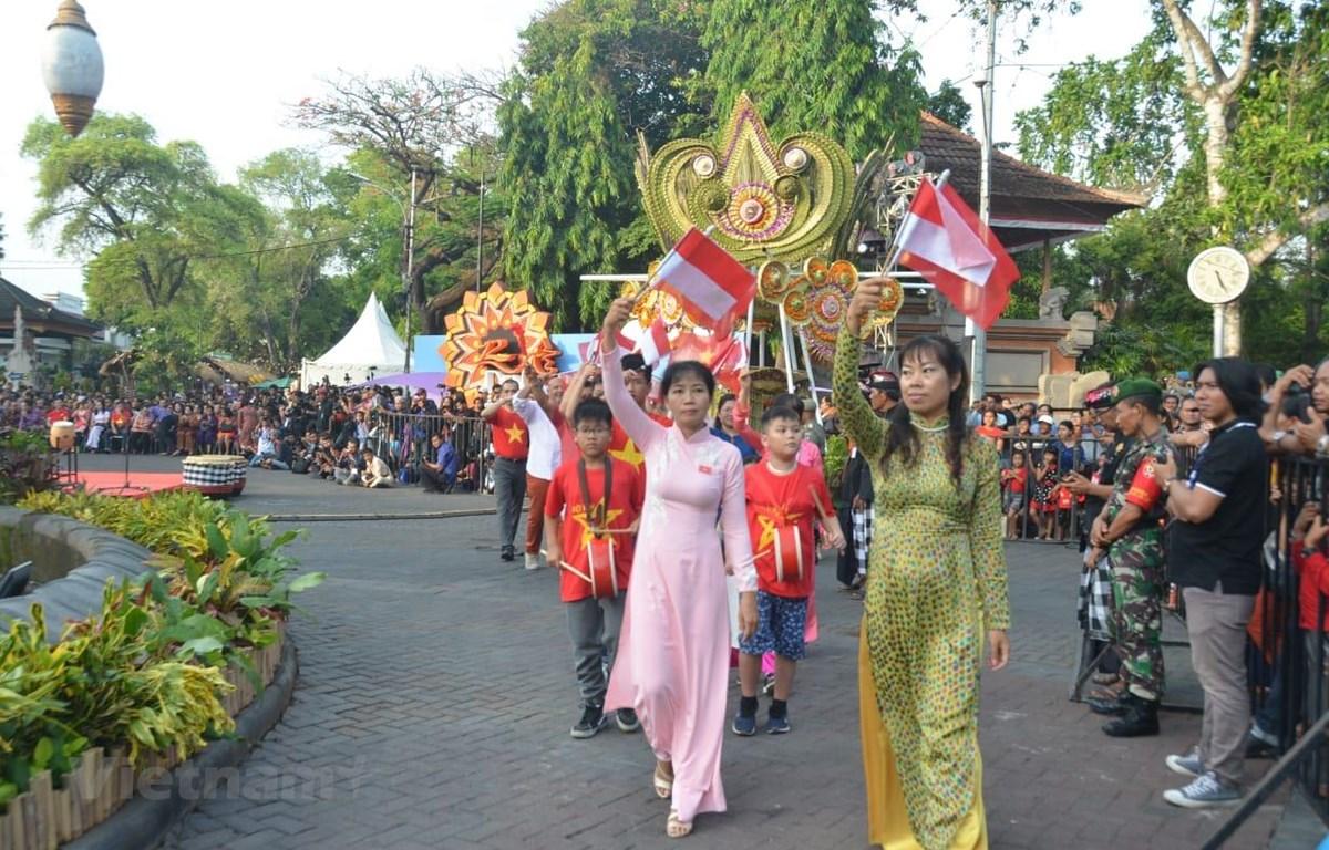Áo dài Việt Nam tung bay trong Lễ hội đường phố Denpasar. (Ảnh: Hữu Chiến/Vietnam+)