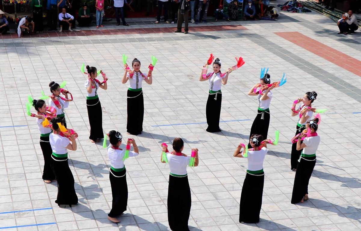 """Nghệ thuật """"Xòe khăn,"""" một trong 6 điệu xòe cổ được cộng đồng dân tộc Thái huyện Văn Chấn, tỉnh Yên Bái trình diễn. (Ảnh: Xuân Tiến/TTXVN)"""