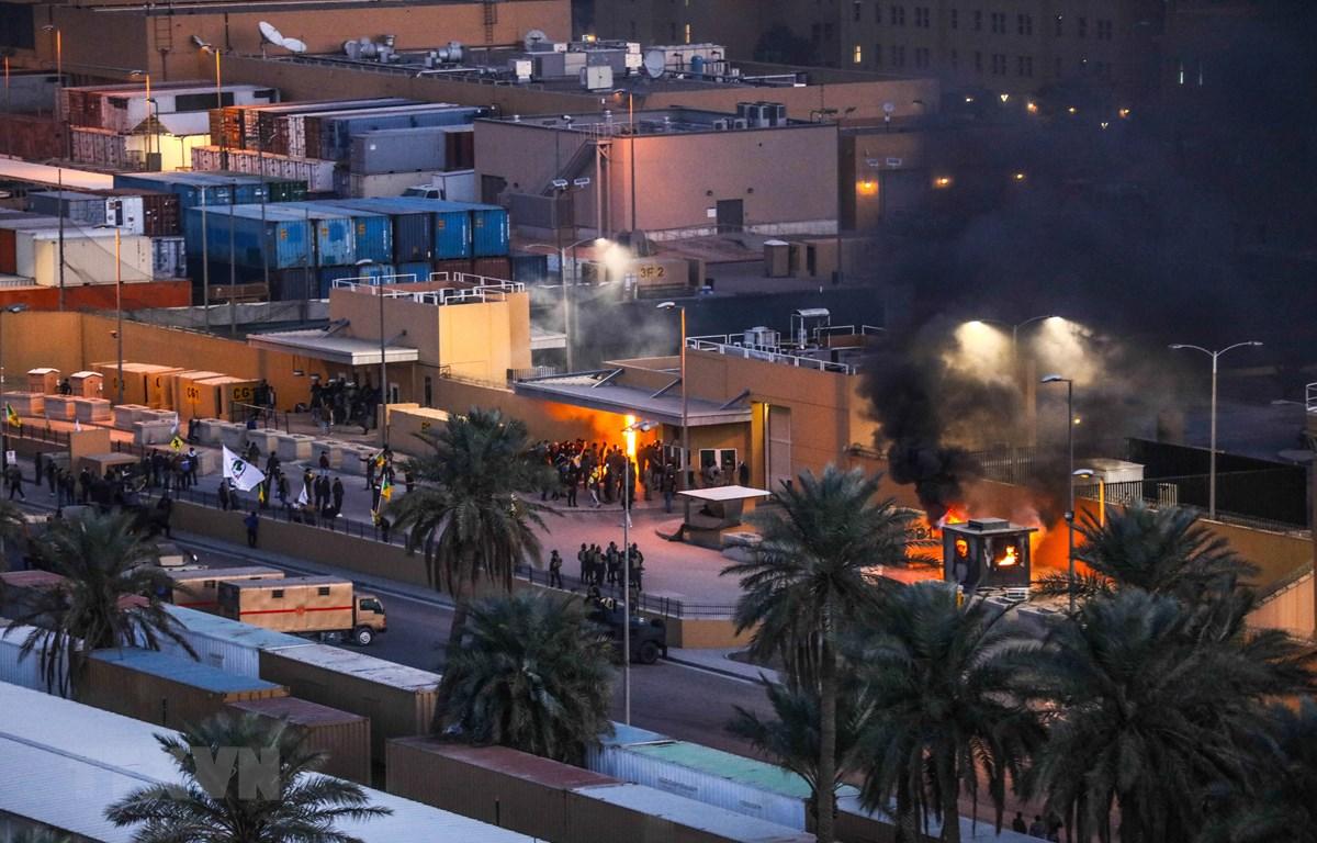 Khói bốc lên từ bốt gác tại lối vào Đại sứ quán Mỹ ở Baghdad, ngày 31/12/2019. (Ảnh: AFP/TTXVN)