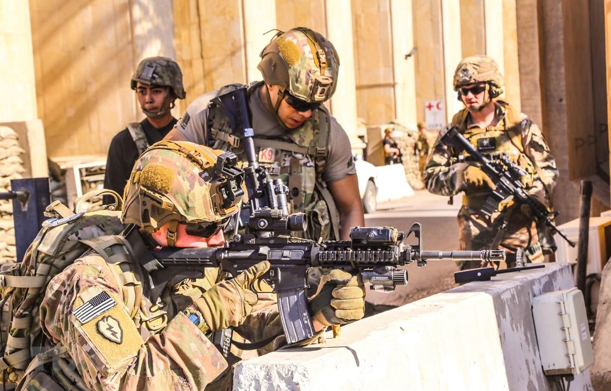 Binh sỹ Mỹ làm nhiệm vụ tại Đại sứ quán Mỹ ở Baghdad, Iraq, ngày 31/12/2019. (Ảnh: AFP/ TTXVN)