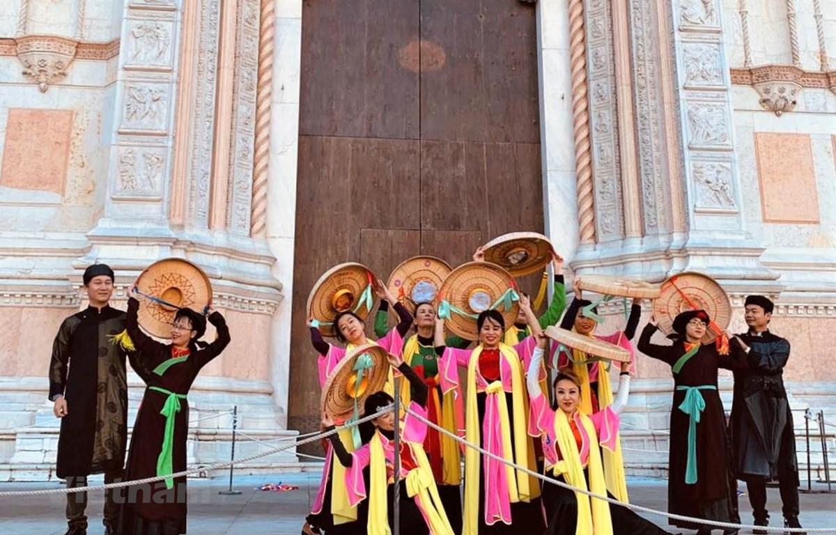 """Hiệp hội Nhịp cầu Italy-Việt Nam tại Bologna biểu diễn múa nón quai thao """"Về Kinh Bắc"""". (Ảnh: Hải Linh/Vietnam+)"""