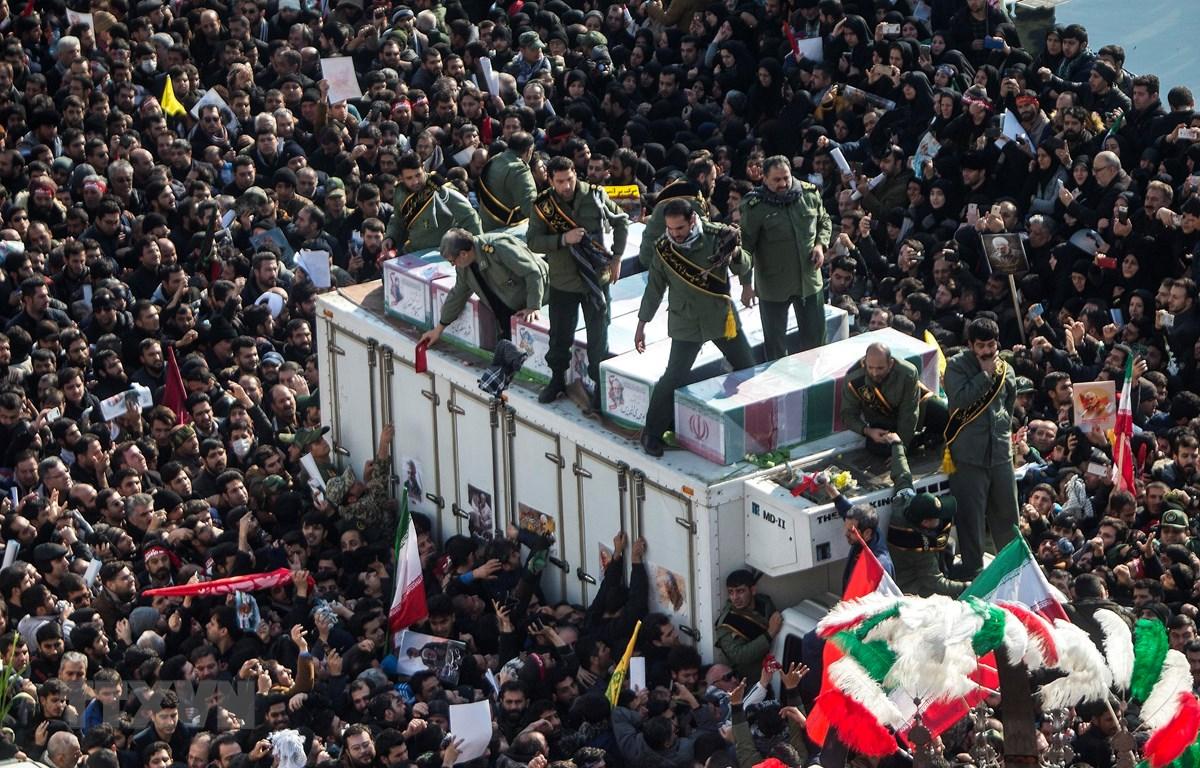 Hàng chục nghìn người tham dự lễ tang Tướng Qassem Soleimani tại Tehran, Iran, ngày 6/1. (Ảnh: THX/TTXVN)