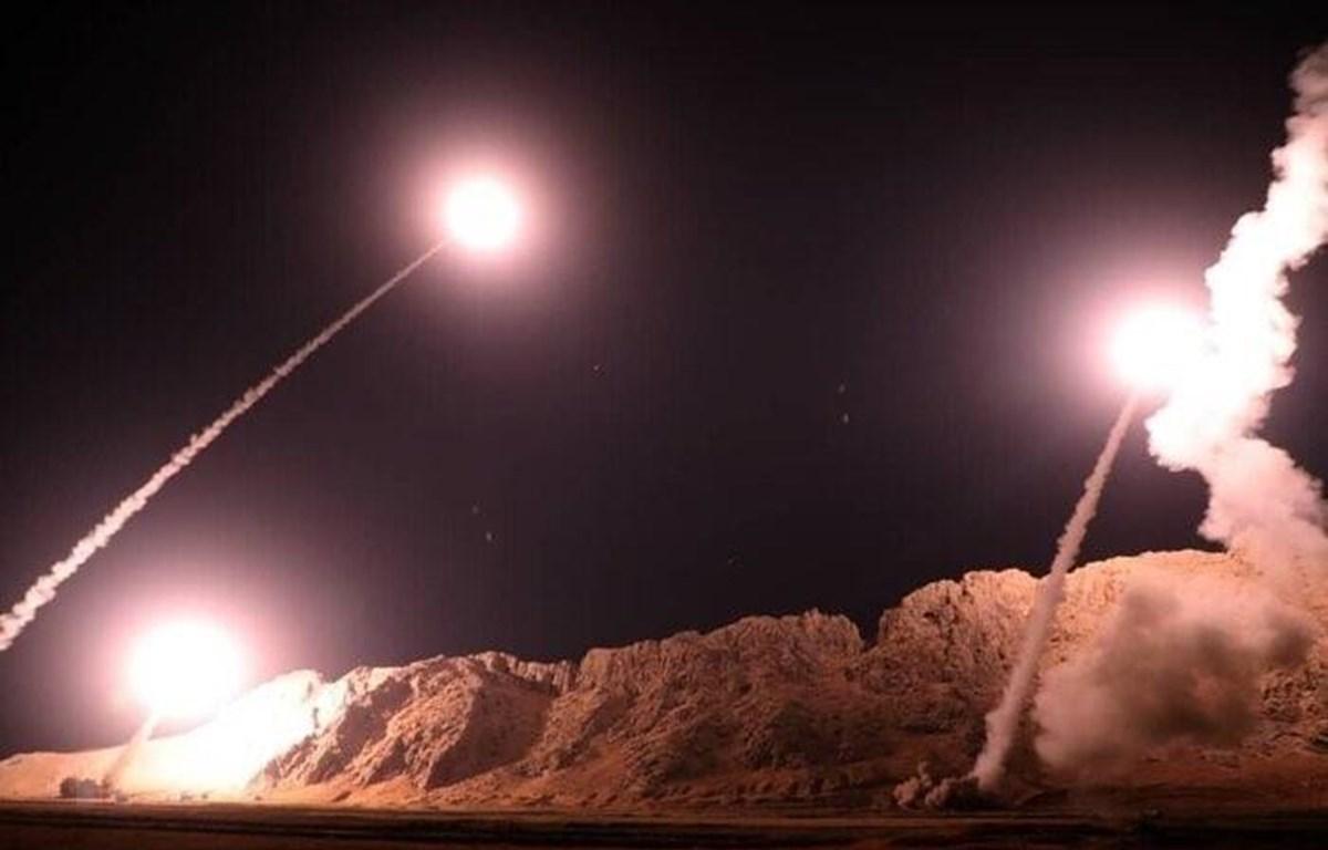 Tên lửa được phóng từ Iran nhằm vào các mục tiêu quân sự của Mỹ ở Iraq. (Ảnh: IRNA/TTXVN)