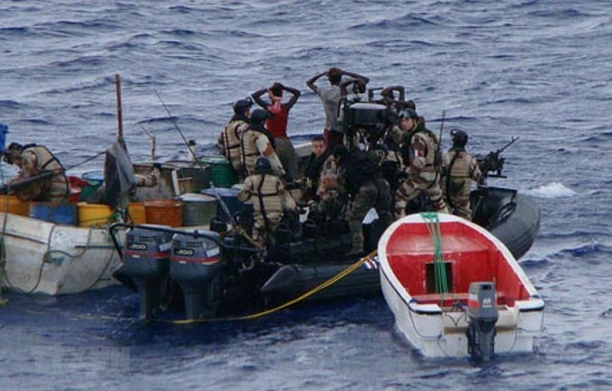 Lực lượng thực thi pháp luật bắt giữ một toán cướp biển trên vịnh Guinea thuộc khu vực Tây Phi. (Ảnh: TTXVN phát)