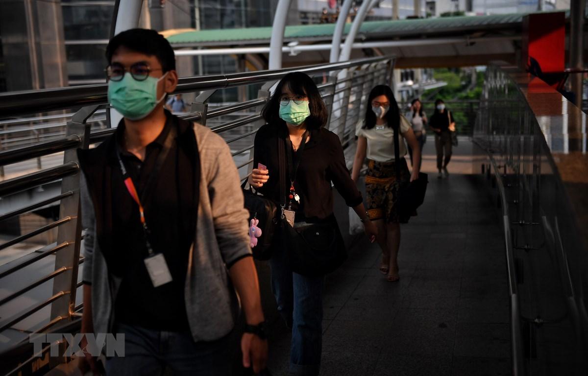 Người dân đeo khẩu trang tránh bụi trên một đường phố ở Bangkok, Thái Lan, ngày 30/9/2019. (Ảnh: AFP/TTXVN)