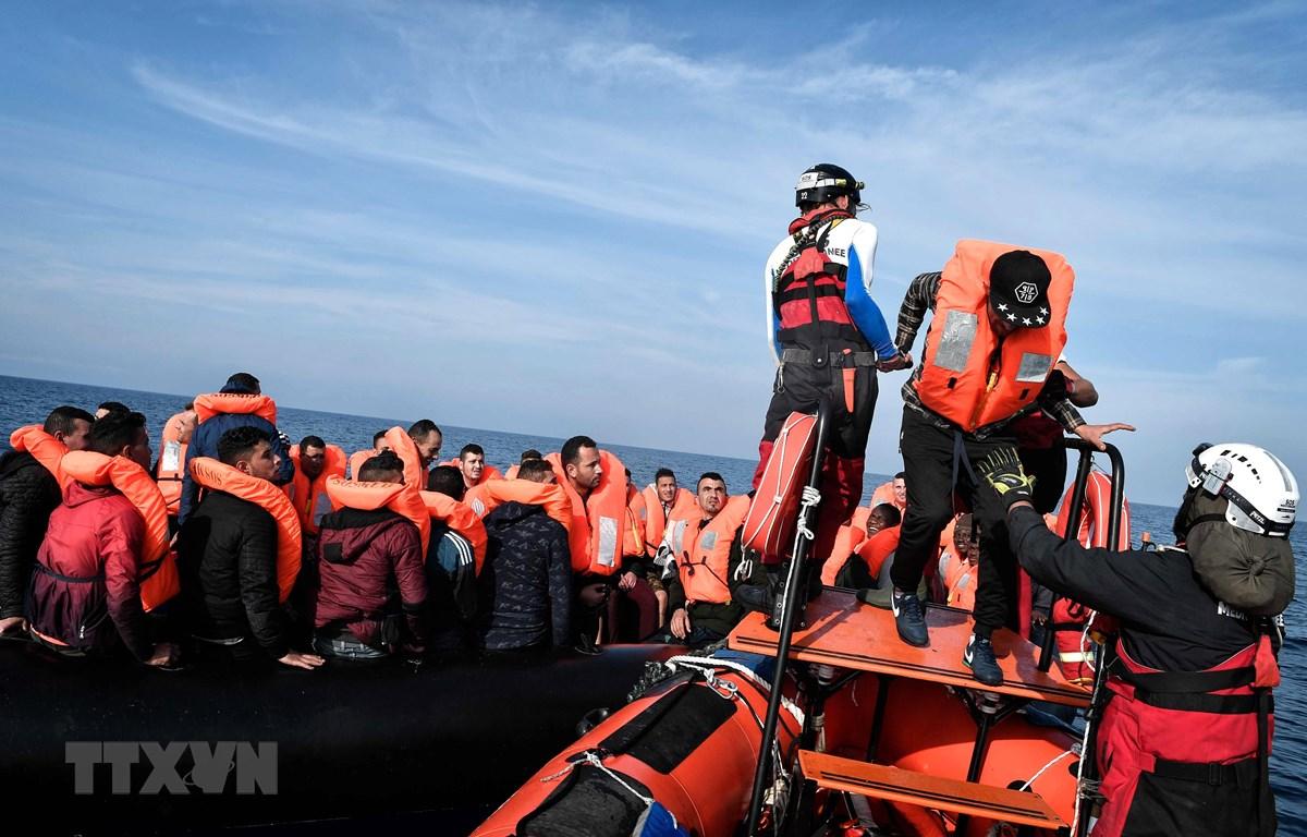 Người di cư được giải cứu trên biển ở ngoài khơi Libya. (Ảnh: AFP/ TTXVN)