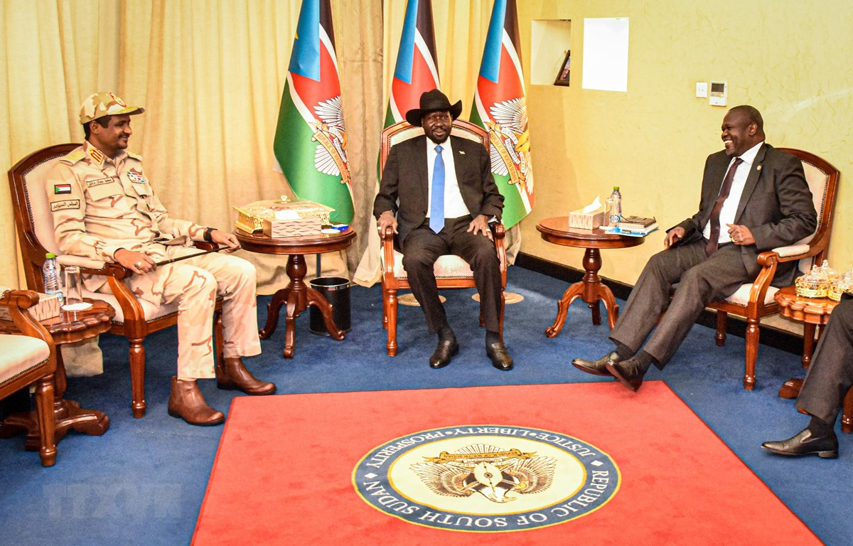 Tổng thống Nam Sudan Salva Kiir (giữa) và thủ lĩnh phe đối lập chính Riek Machar (phải) tại vòng đàm phán hòa bình ở Juba, Nam Sudan, ngày 16/12/2019. (Ảnh: AFP/TTXVN)