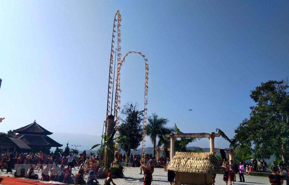 Trình diễn tái hiện lễ hội ADa Koonh. (Ảnh: Tường Vi/TTXVN)