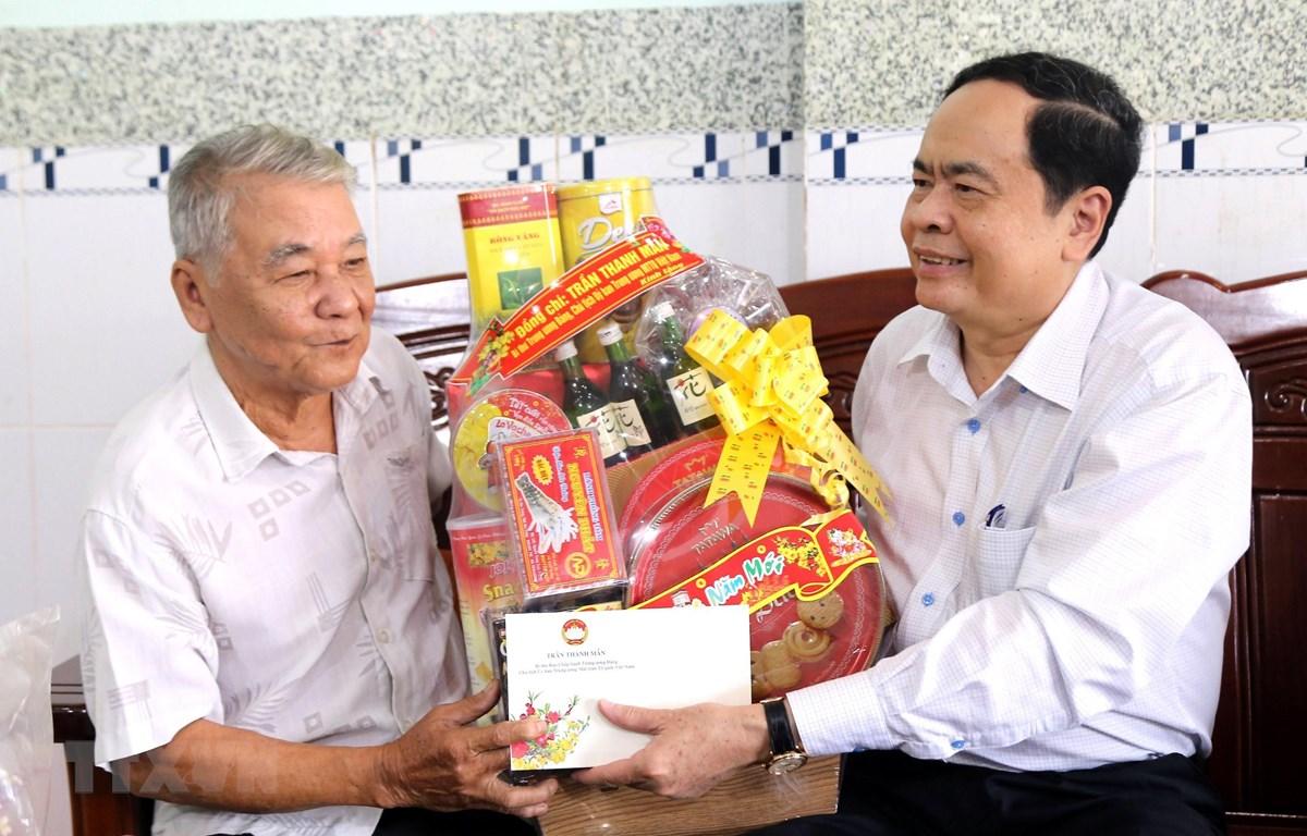 Chủ tịch Trung ương MTTQ Việt Nam Trần Thanh Mẫn tặng quà cho hộ gia đình chính sách Nguyễn Văn Nô. (Ảnh: Trung Hiếu/TTXVN)