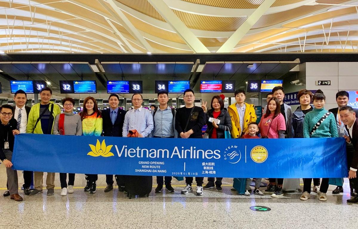 Những hành khách đầu tiên trên chuyến bay VN529 Thượng Hải-Đà Nẵng tối 19/1/2020. (Ảnh: Tiến Trung/Vietnam+)