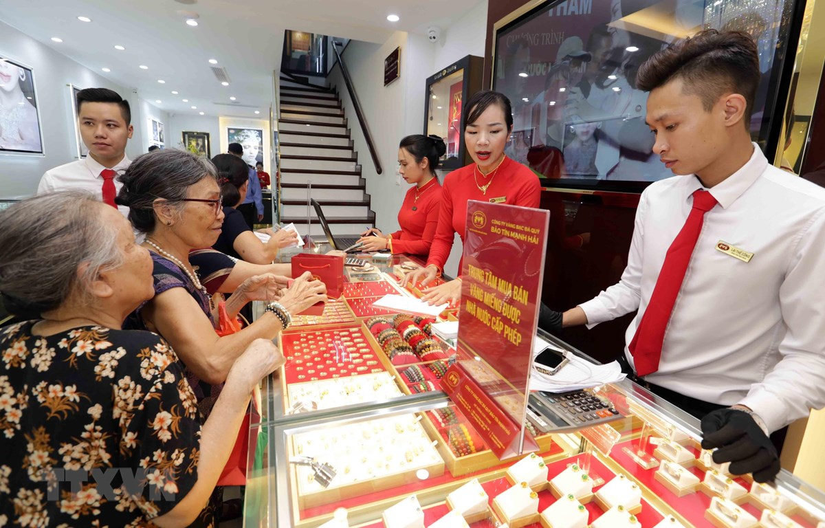 Khách mua bán vàng tại Công ty kinh doanh vàng bạc Mạnh Hải. (Ảnh: Trần Việt/TTXVN)