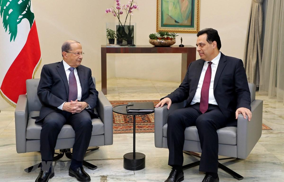 Tổng thống Liban Michel Aoun (trái) và Thủ tướng Hassan Diab (phải) tại cuộc gặp ở thủ đô Beirut ngày 21/1/2020. (Ảnh: THX/TTXVN)