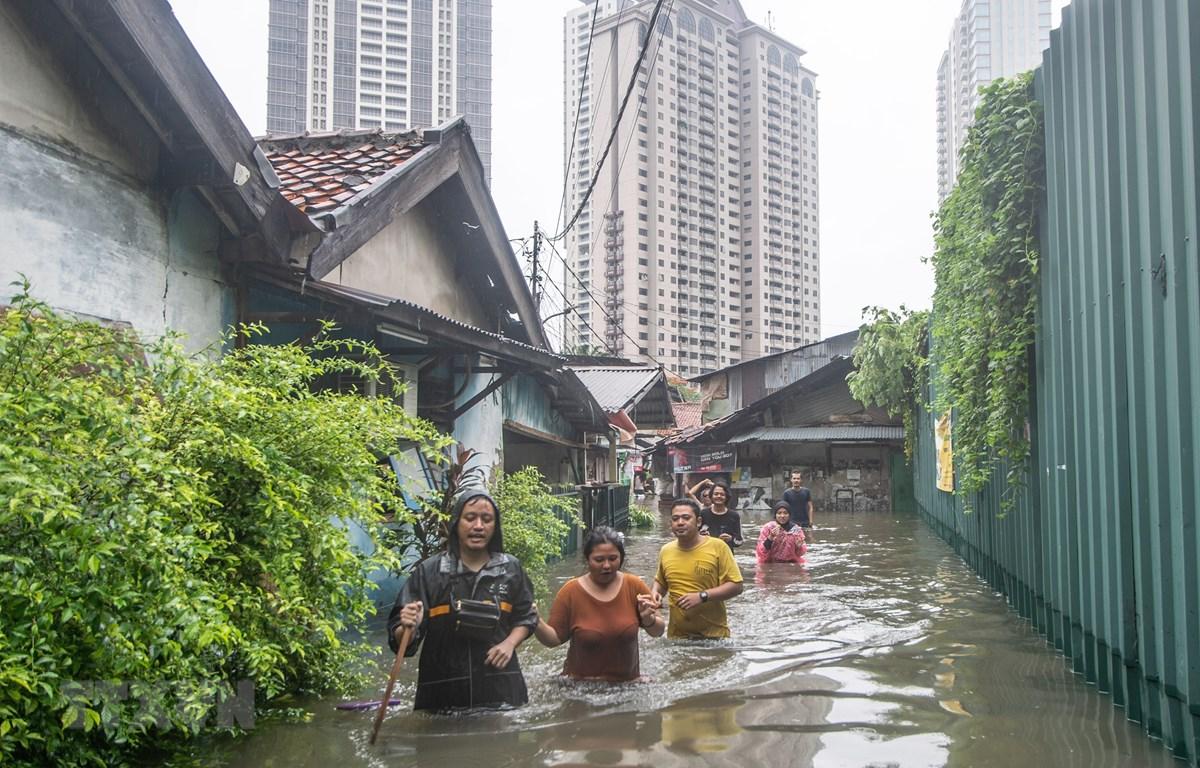 Cảnh ngập lụt sau những trận mưa lớn tại Jakarta, ngày 1/1/2020. (Ảnh: THX/TTXVN)