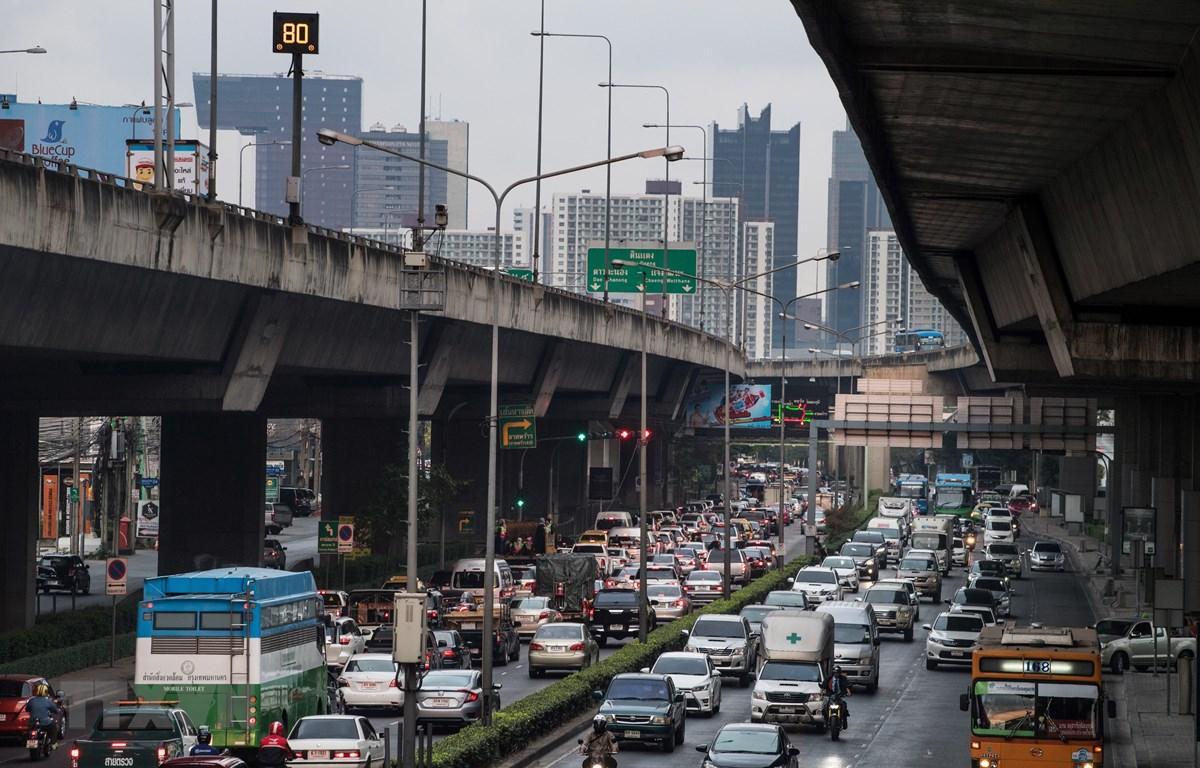 Các phương tiện di chuyển trên đường phố Bangkok, Thái Lan. (Ảnh: AFP/TTXVN)