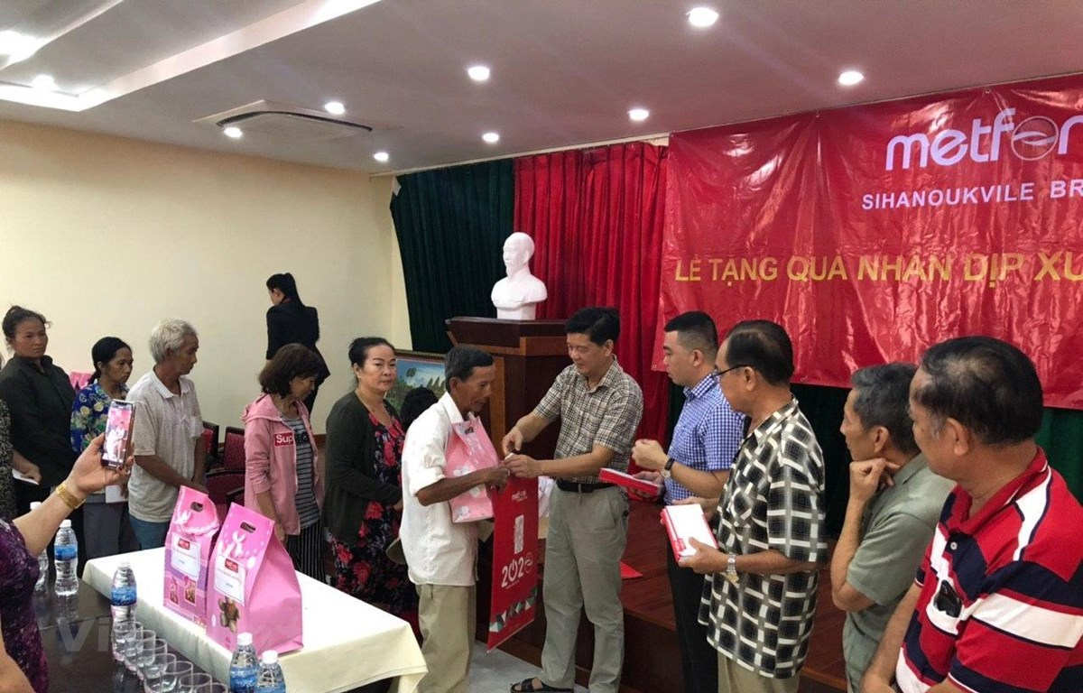 Tổng Lãnh sự Vũ Ngọc Lý trao quà cho bà con gốc Việt có hoàn cảnh khó khăn tại tỉnh Preah Sihanouk. (Ảnh: Vũ Hùng/Vietnam+)