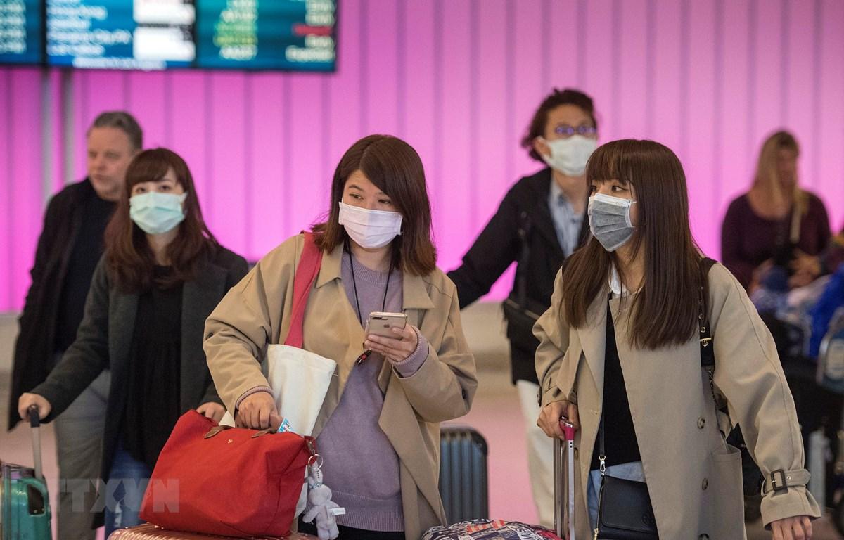Người dân đeo khẩu trang đề phòng lây nhiễm virus corona tại sân bay Los Angeles, bang California, Mỹ ngày 22/1/2020. (Ảnh: AFP/TTXVN)