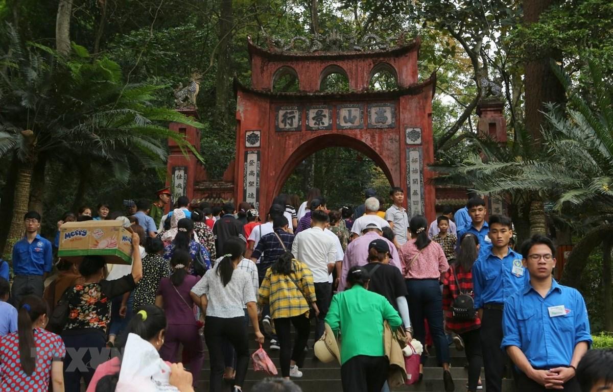 Đông đảo du khách thập phương đến dâng hương tại Đền Thượng. (Ảnh: Thành Đạt/TTXVN)