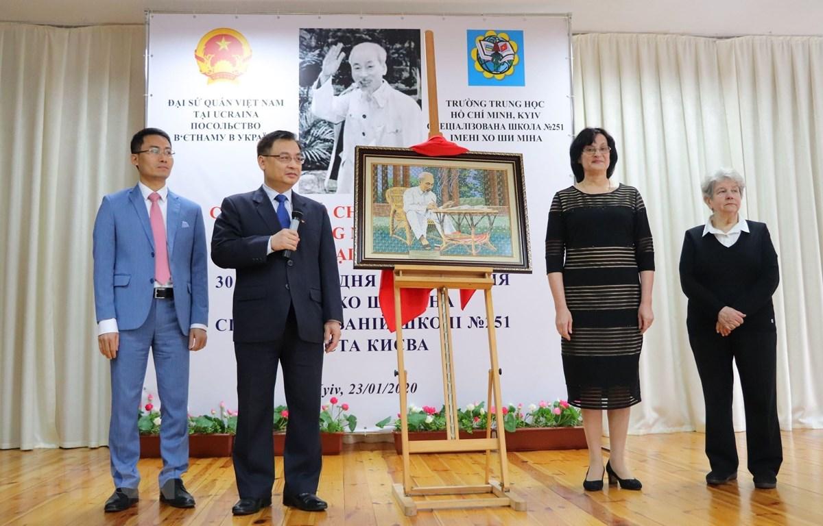 Đại sứ Việt Nam tại Ukraina Nguyễn Anh Tuấn tặng ảnh Bác Hồ cho nhà trường. (Ảnh:Bùi Duy Trinh/TTXVN)