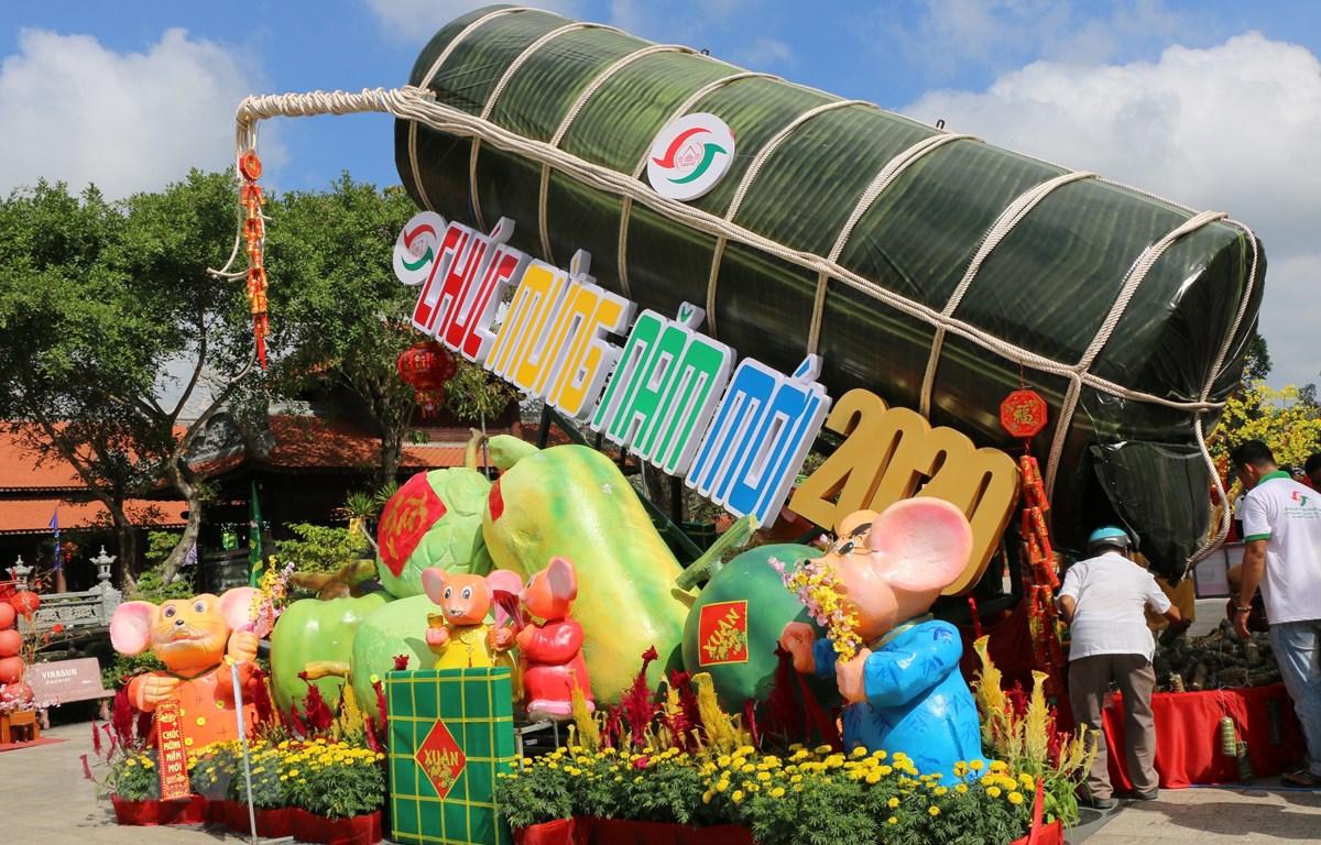 Đòn bánh tét kỷ lục Guiness Việt Nam có sức chứa đến 2020 đòn bánh tét nhỏ - con số mang ý nghĩa chào mừng Xuân Canh Tý năm 2020. (Ảnh: Chương Đài/TTXVN)