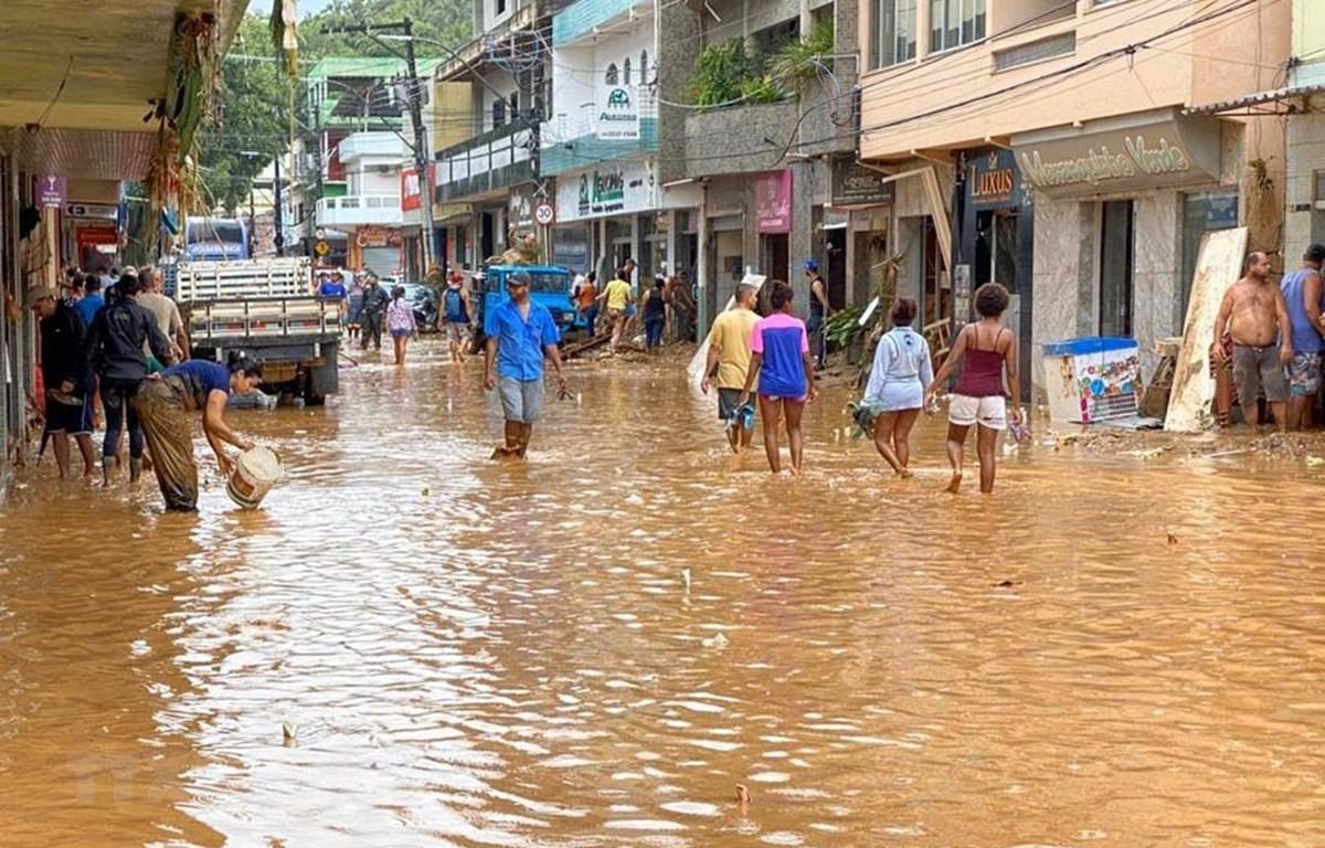 Mưa lớn gây ngập lụt tại nhiều tuyến phố ở Iconha, Brazil. (Ảnh: TTXVN phát)