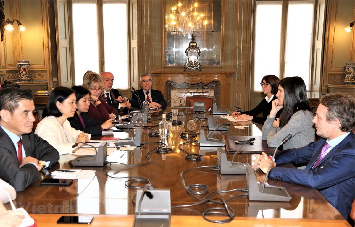 Đại sứ Việt Nam tại Italy Nguyễn Thị Bích Huệ gặp Thị trưởng Torino. (Ảnh: Hải Linh/Vietnam+)