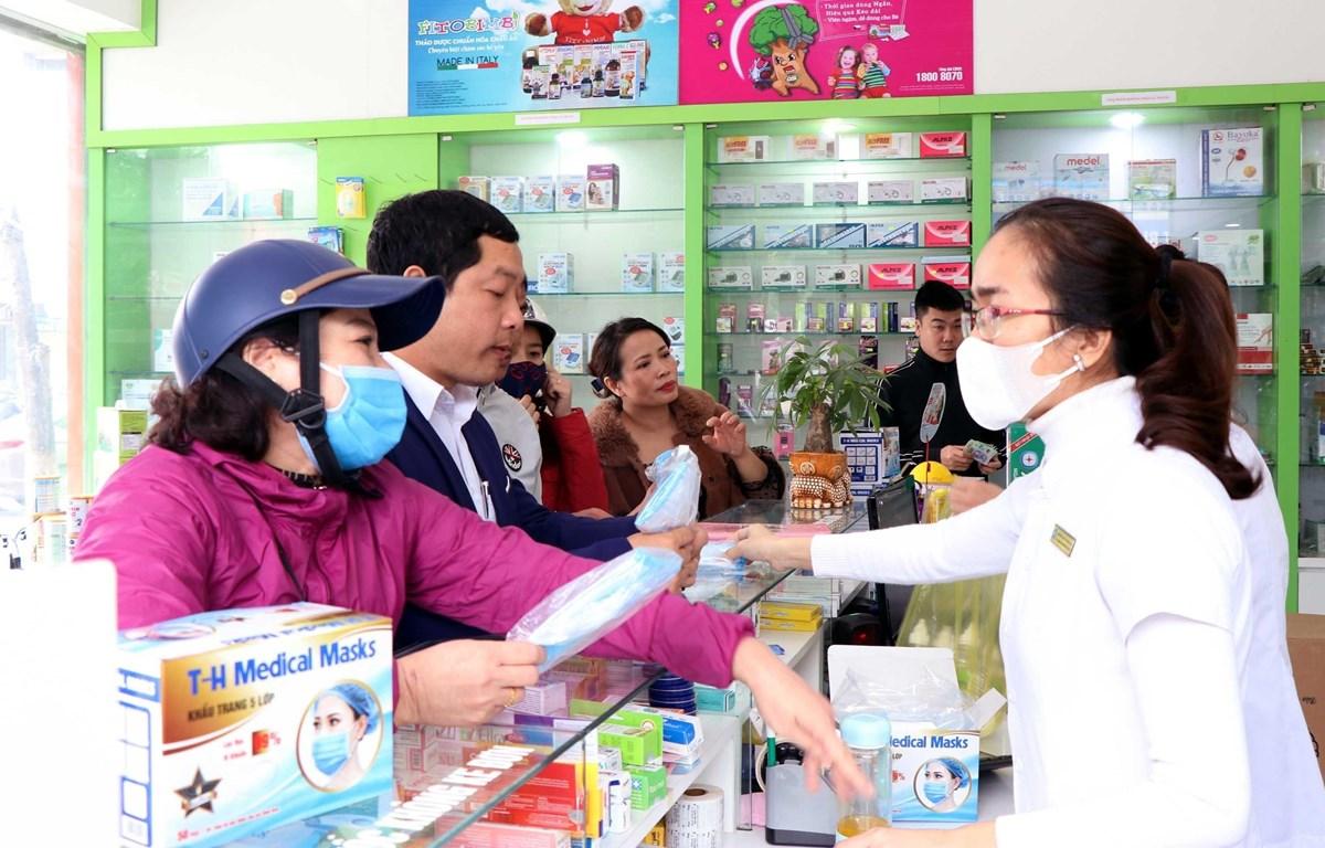 Nhiều hiệu thuốc tại Việt Nam phát khẩu trang miễn phí cho người dân. (Ảnh: Công Tường/TTXVN)