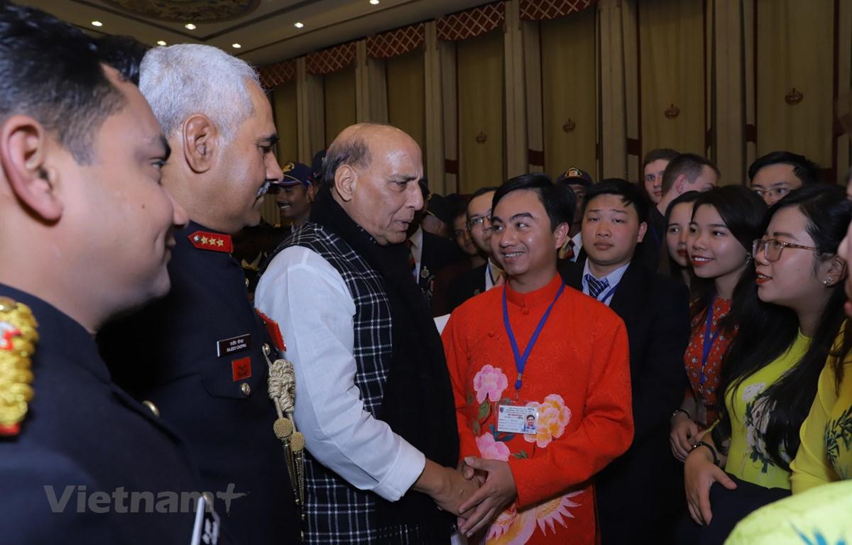 Bộ trưởng Quốc phòng Ấn Độ Rajnath Singh (thứ ba từ trái sang) trò chuyện với đoàn đại biểu thanh niên Việt Nam. (Ảnh: Huy Lê/Vietnam+)