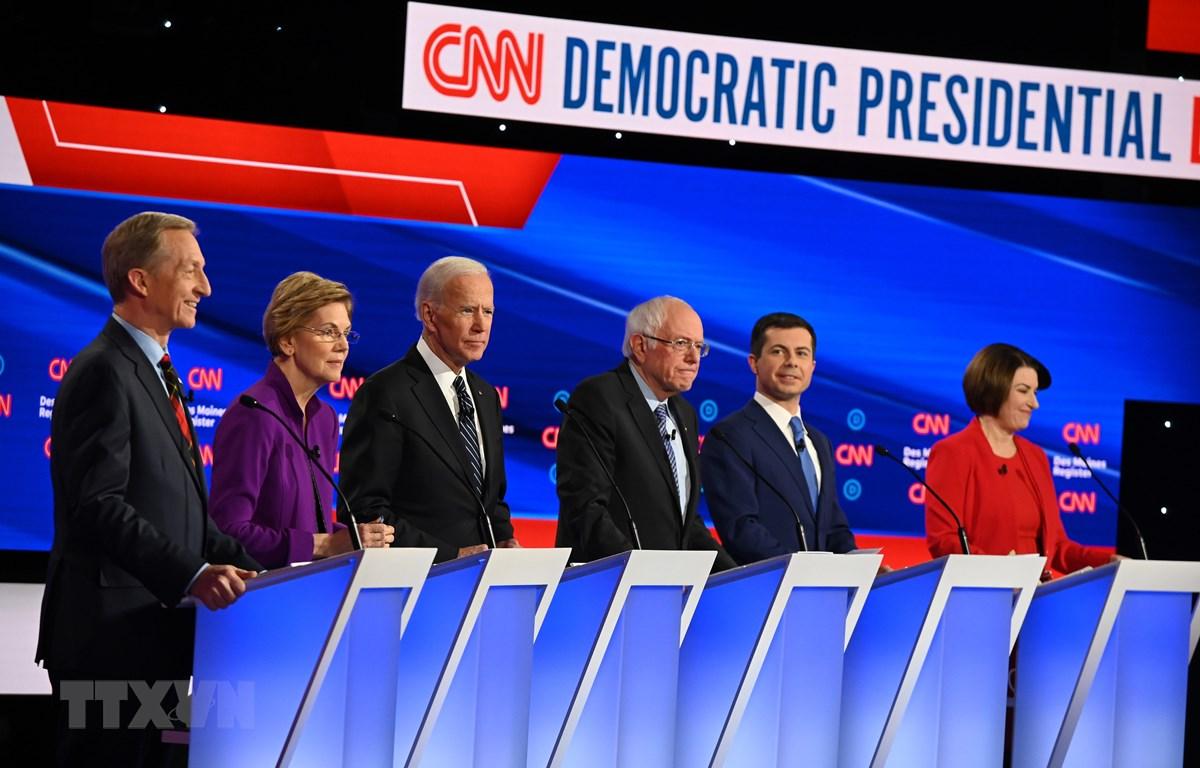 Các ứng viên Tổng thống của đảng Dân chủ tham gia cuộc tranh luận trực tiếp cuối cùng tại Des Moines, bang Iowa sáng 15/1/2020. (Ảnh: AFP/TTXVN)