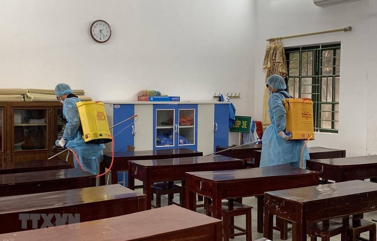 Lực lượng Y tế phun khử trùng tại một trường tiểu học trên địa bàn thành phố Ninh Bình. (Ảnh: Đức Phương/TTXVN)